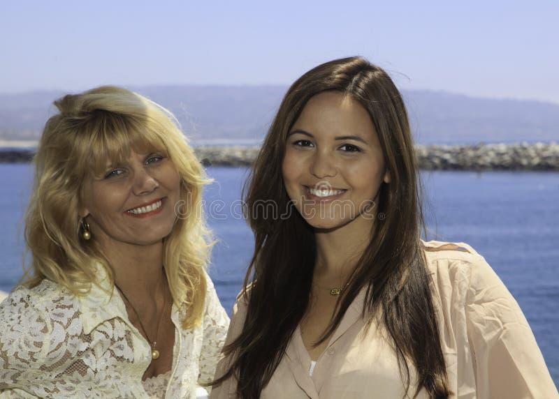 Ritratto della figlia e della madre fotografia stock