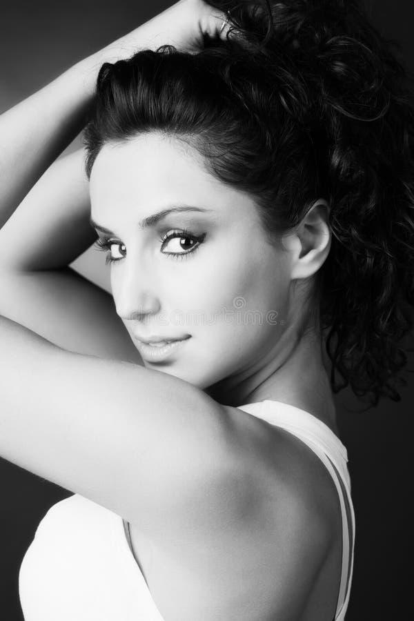 Download Ritratto Della Giovane Donna Immagine Stock - Immagine di rotazione, capelli: 7305159