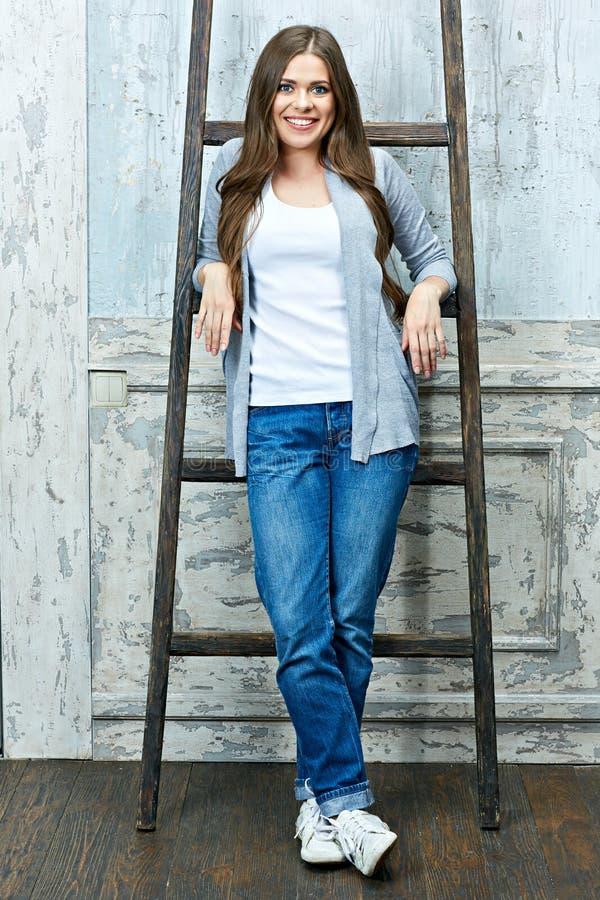 Ritratto della giovane donna in abbigliamento casual nella stanza d'annata fotografie stock