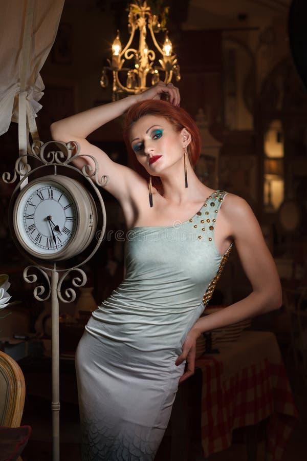 Download Ritratto Della Giovane Donna Adulta Fotografia Stock - Immagine di classico, disteso: 30829682