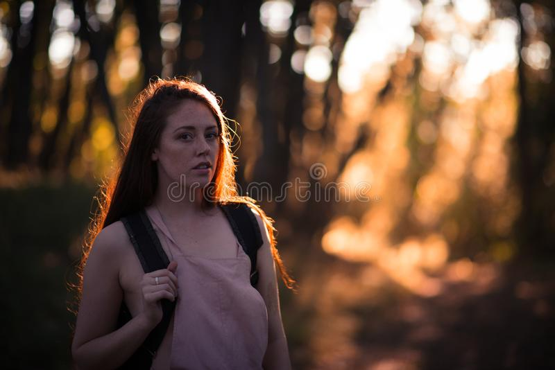 Ritratto della giovane donna all'aperto fotografie stock