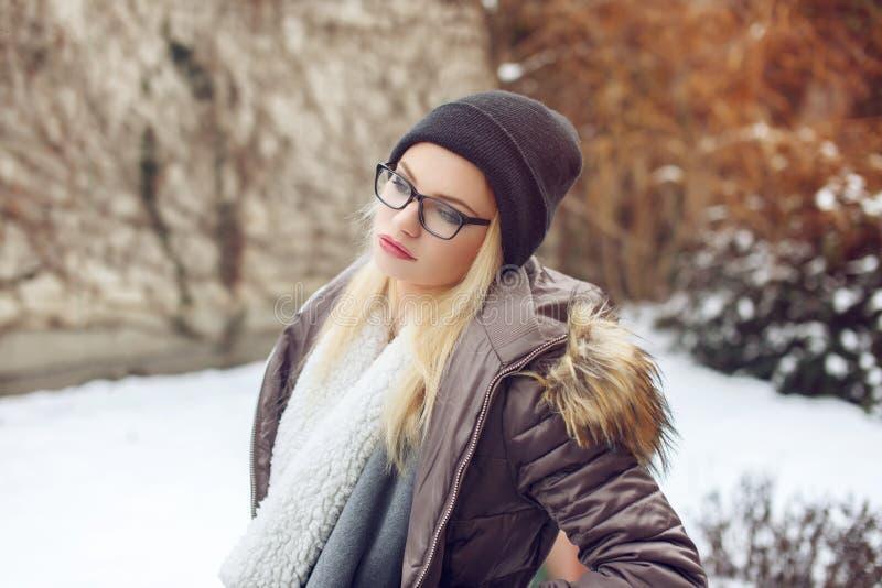 Ritratto della giovane donna alla moda dei pantaloni a vita bassa all'inverno fotografia stock