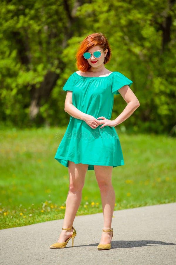 Ritratto della giovane donna alla moda della testarossa fotografia stock