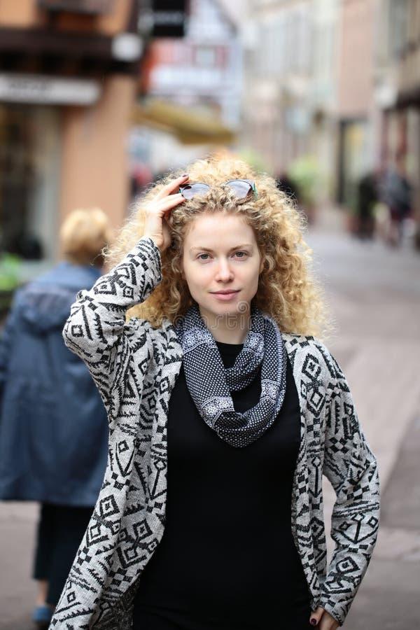 Ritratto della giovane donna attraente fotografie stock libere da diritti