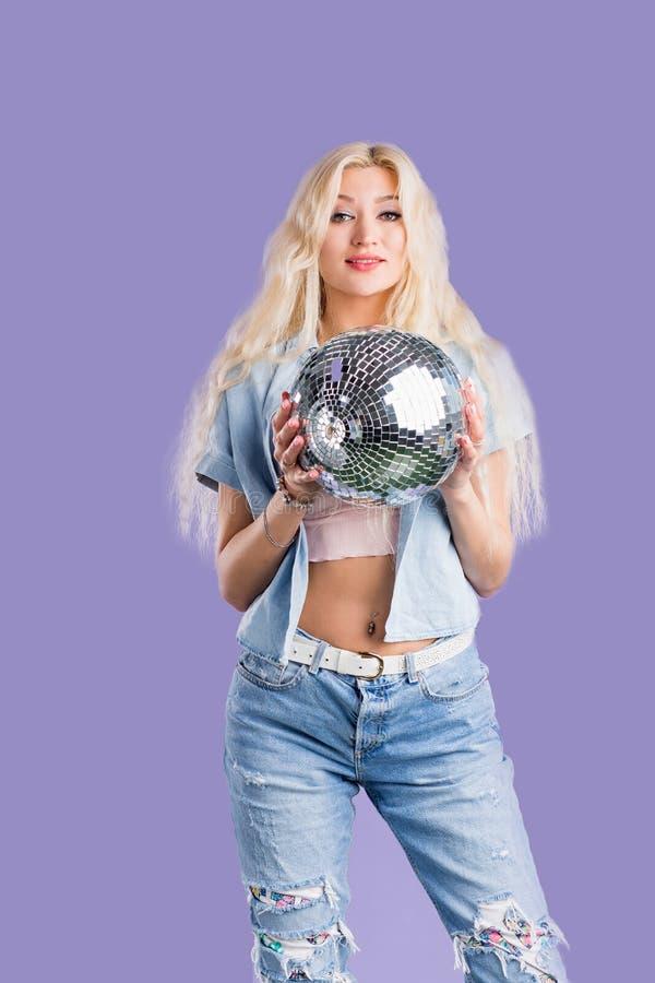 ritratto della giovane donna attraente con la palla della discoteca fotografie stock