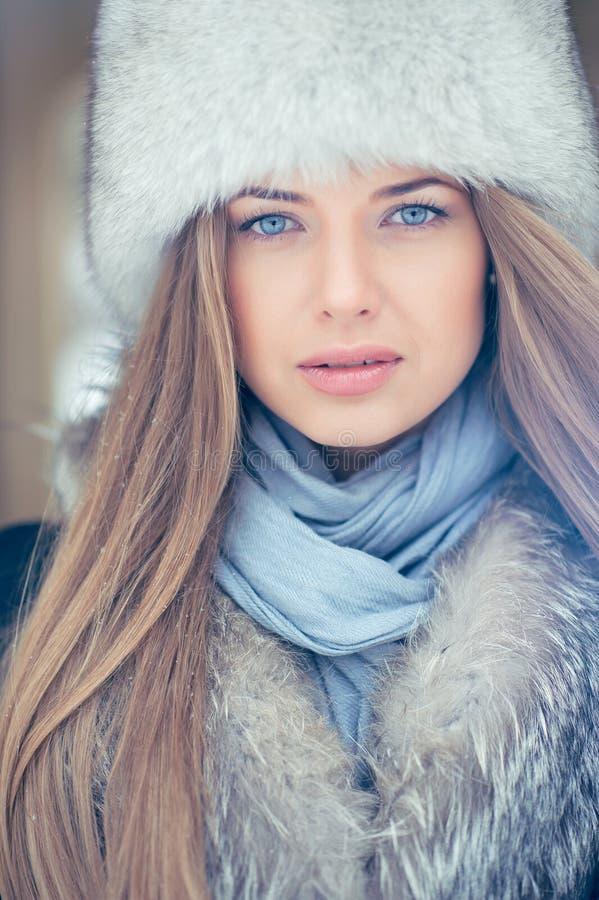 Ritratto della giovane donna bionda nell'inverno fotografie stock libere da diritti