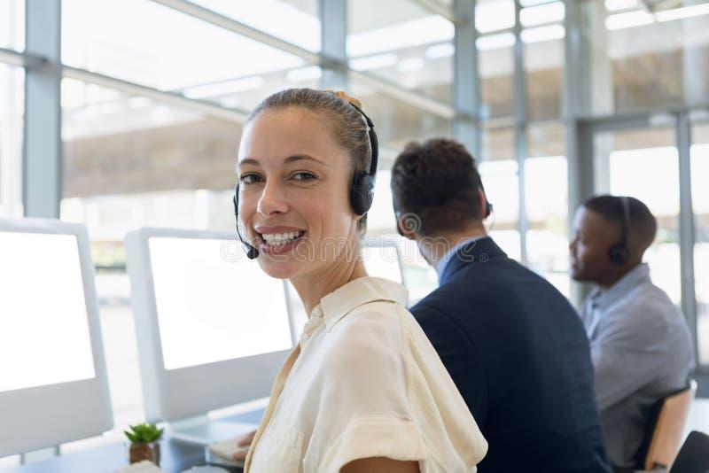 Ritratto della giovane donna che lavora in un call-center immagini stock libere da diritti