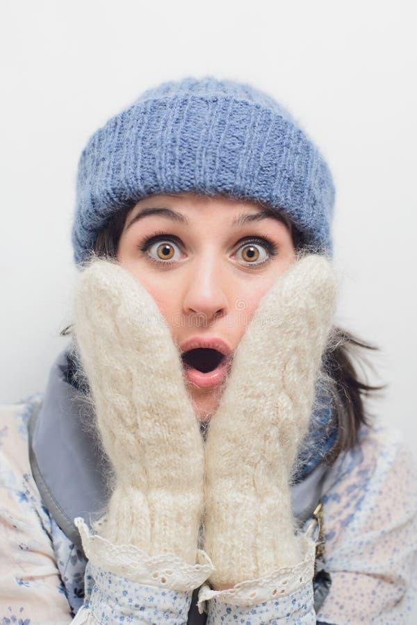 Ritratto della giovane donna colpita in vestiti di inverno immagine stock libera da diritti