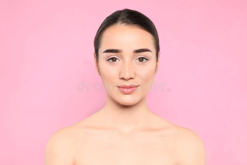 Ritratto della giovane donna con il bello fronte fotografia stock