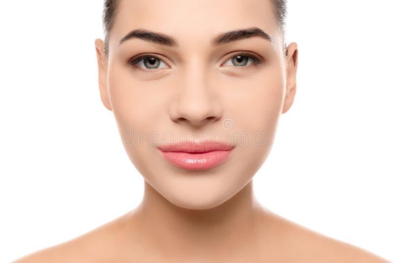 Ritratto della giovane donna con il bello fronte e del trucco naturale su fondo bianco fotografie stock
