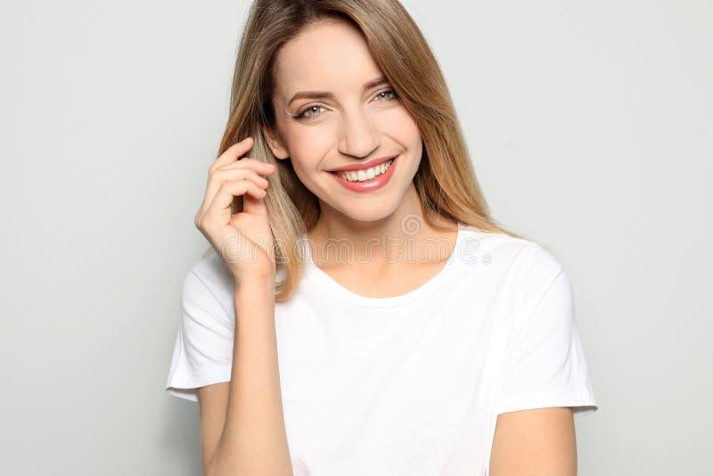 Ritratto della giovane donna con il bello fronte immagini stock libere da diritti