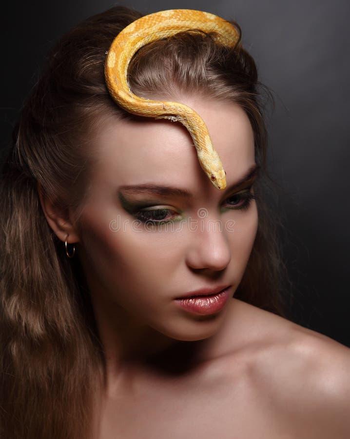 Donna e serpente fotografia stock libera da diritti