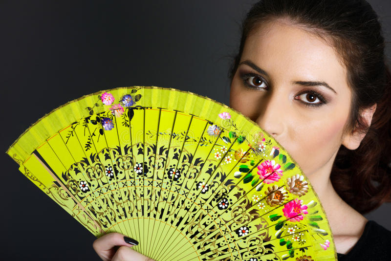 Ritratto della donna con il ventilatore tradizionale fotografia stock