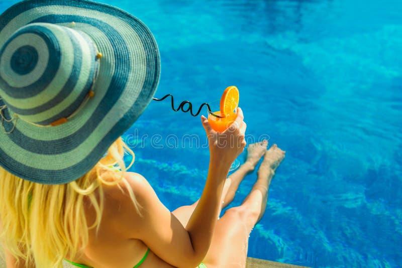 Ritratto della giovane donna con la piscina di refrigerazione del neer di vetro di cocktail fotografia stock