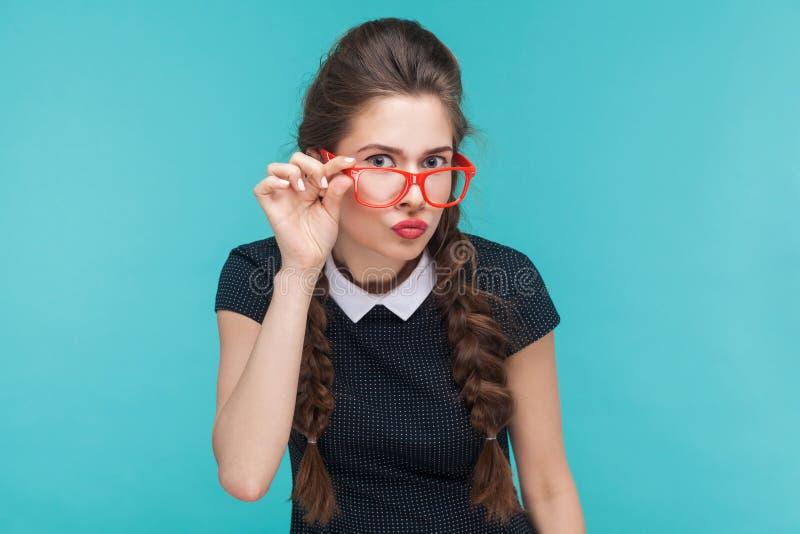 Ritratto della giovane donna con le trecce wevy ed i vetri rossi immagini stock libere da diritti