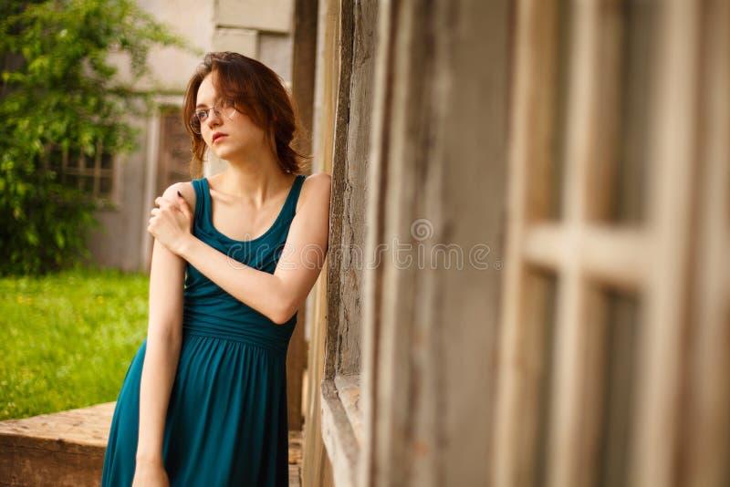 Ritratto della giovane donna dalla parete antica immagini stock libere da diritti