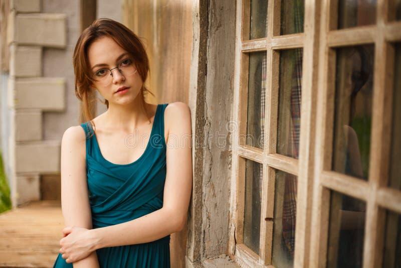 Ritratto della giovane donna dalla parete antica fotografia stock libera da diritti