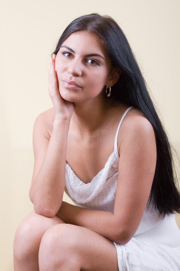 Ritratto della giovane donna dei capelli neri immagini stock