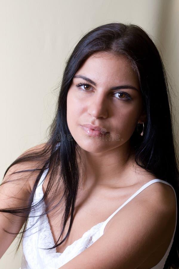 Ritratto della giovane donna dei capelli neri fotografie stock