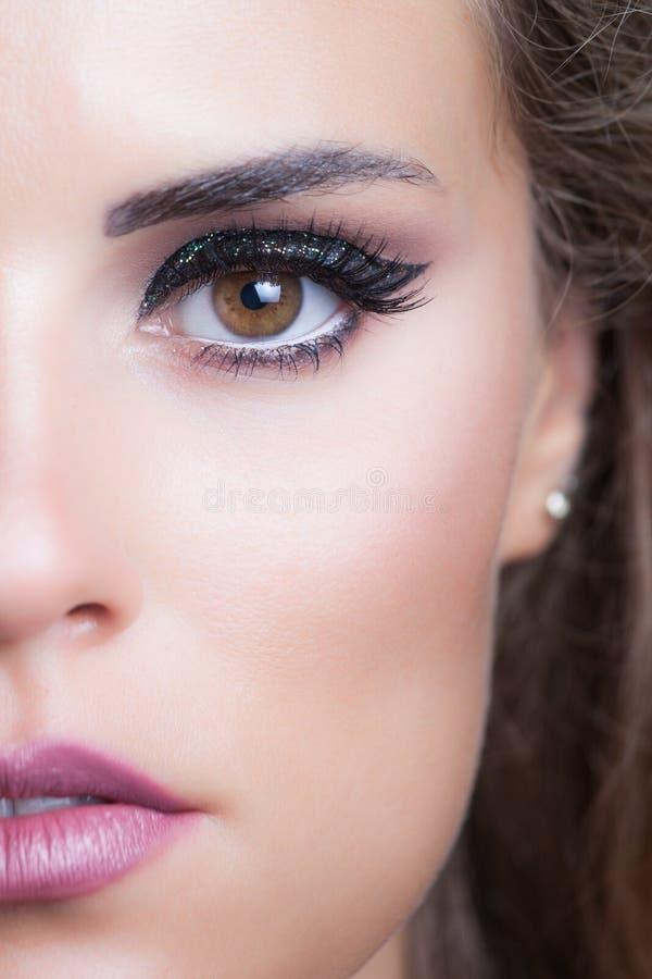 Ritratto della giovane donna di bellezza con lo studi brillante di trucco di sera fotografia stock