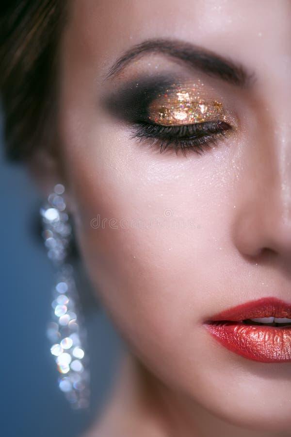 Ritratto della giovane donna di bellezza con trucco di lustro fotografia stock