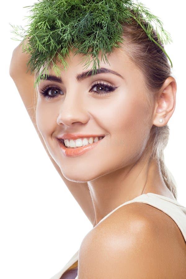 ritratto della giovane donna felice con le erbe del pacco (aneto) immagini stock
