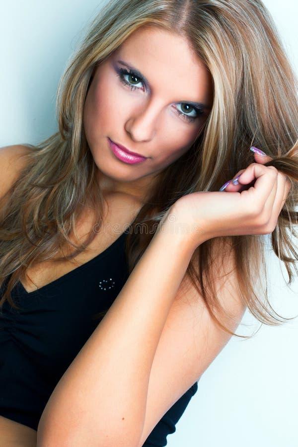 Ritratto della giovane donna graziosa fotografia stock libera da diritti