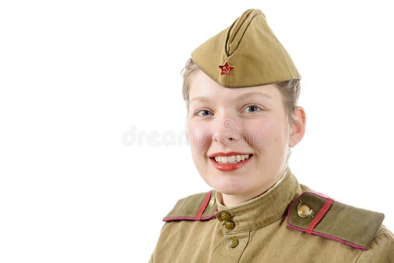 Ritratto della giovane donna graziosa in uniforme militare russa, su w immagini stock