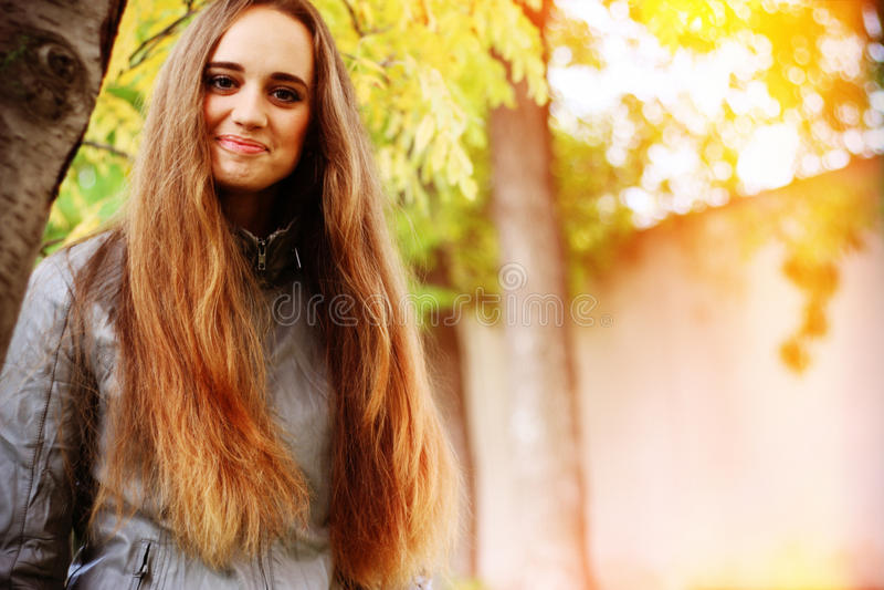 Ritratto della giovane donna nel colore di autunno fotografia stock libera da diritti