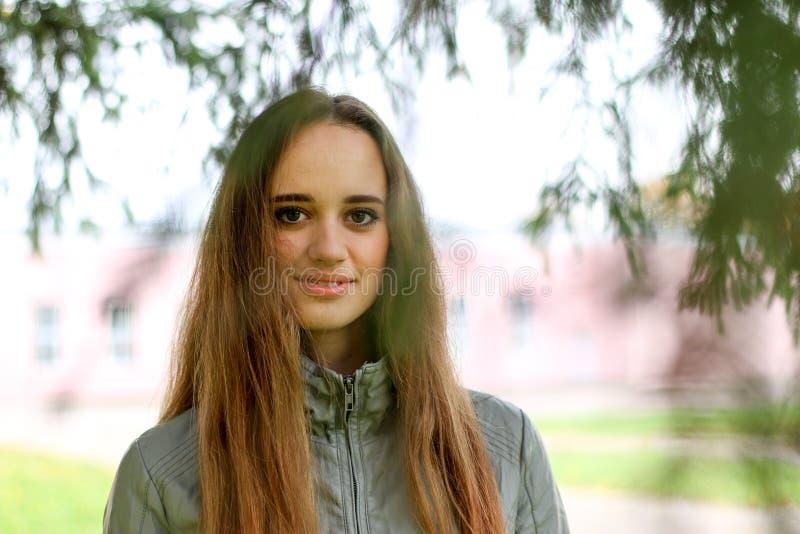 Ritratto della giovane donna nel colore di autunno immagine stock
