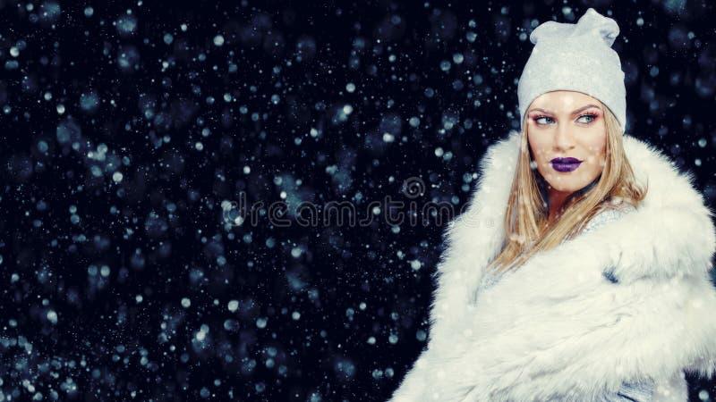 Ritratto della giovane donna nel Natale all'aperto di orario invernale fotografia stock
