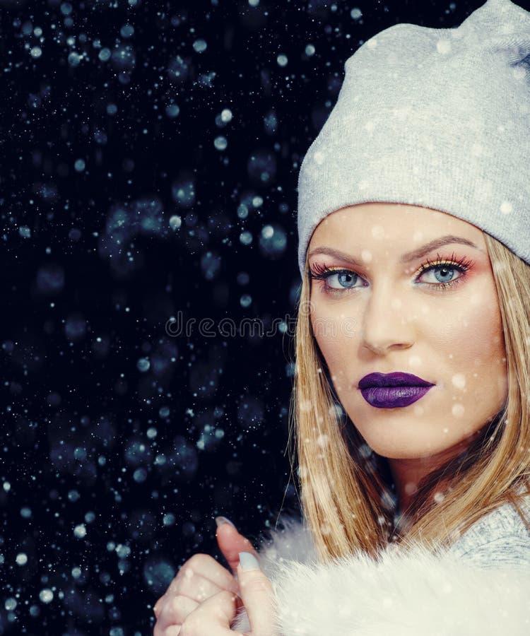 Ritratto della giovane donna nel Natale all'aperto di orario invernale immagini stock