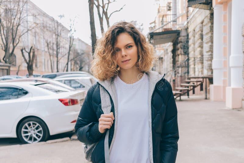 Ritratto della giovane donna nella città fotografia stock