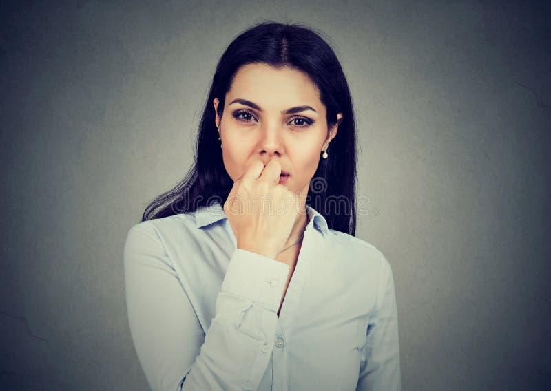 Ritratto della giovane donna preoccupata che esamina ansiosamente macchina fotografica immagini stock libere da diritti