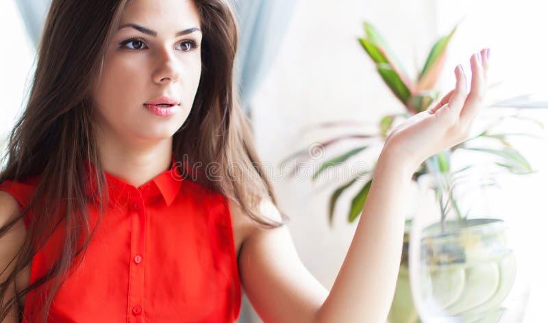 Ritratto della giovane donna stupita che si siede in caffè fotografia stock libera da diritti