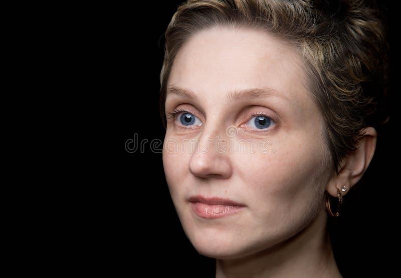 Ritratto della giovane donna su fondo nero fotografia stock libera da diritti