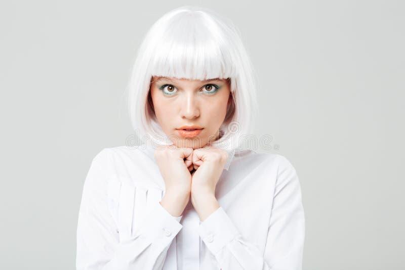Ritratto della giovane donna sveglia timida con capelli biondi fotografia stock libera da diritti