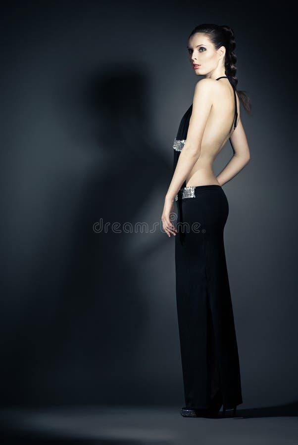 Ritratto della giovane donna in vestiti da sera eleganti fotografia stock