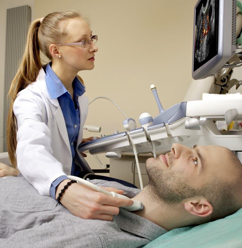 Ritratto della macchina di funzionamento di ultrasuono del giovane tecnico femminile immagini stock