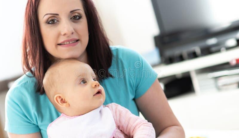 Ritratto della madre con la sua neonata sveglia fotografia stock libera da diritti