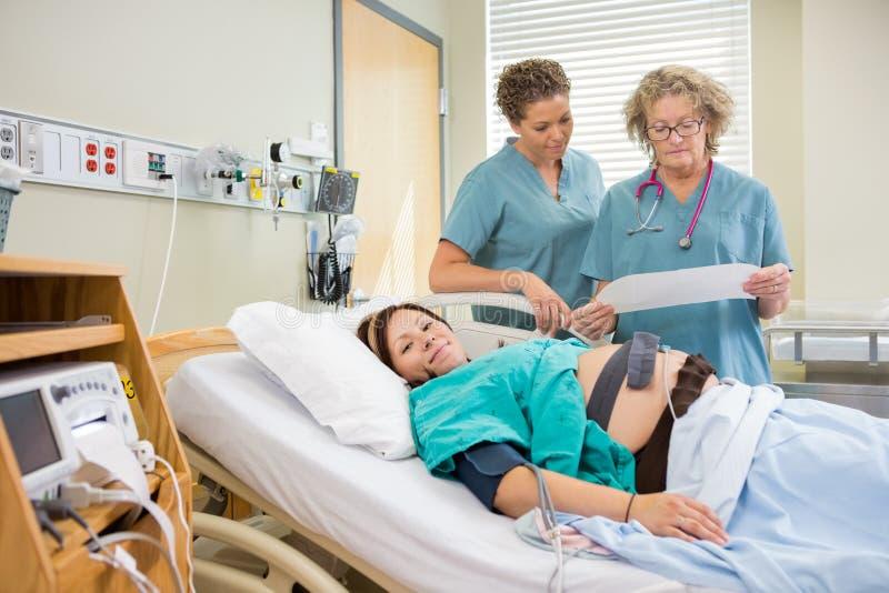 Ritratto della madre di parto in ospedale immagine stock libera da diritti