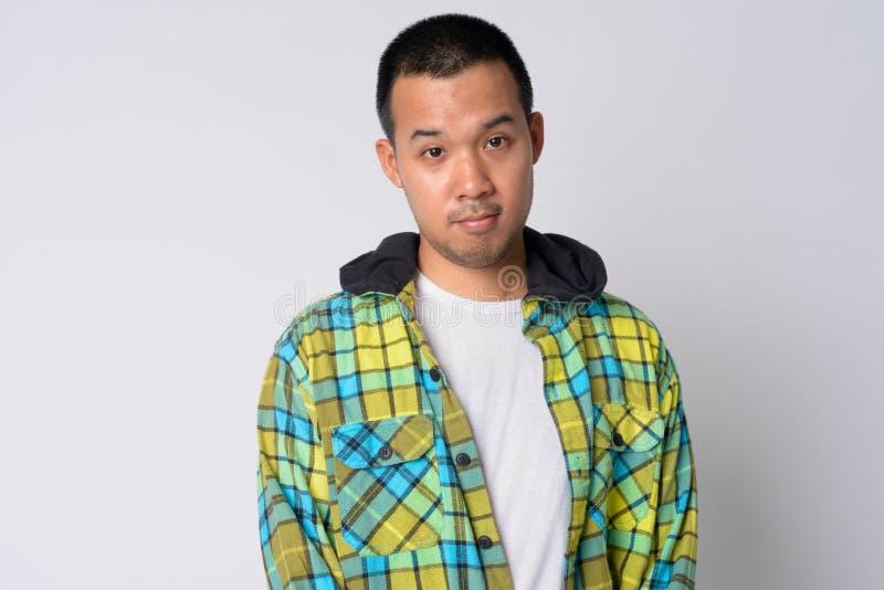 Ritratto della maglia con cappuccio d'uso del giovane uomo asiatico dei pantaloni a vita bassa immagine stock