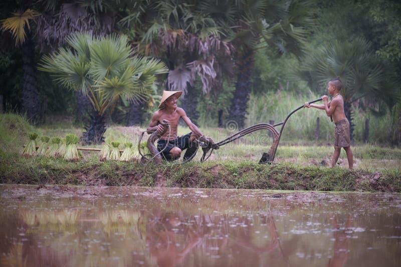 Ritratto della natura morta asiatica della famiglia degli agricoltori nel countrysid immagini stock libere da diritti