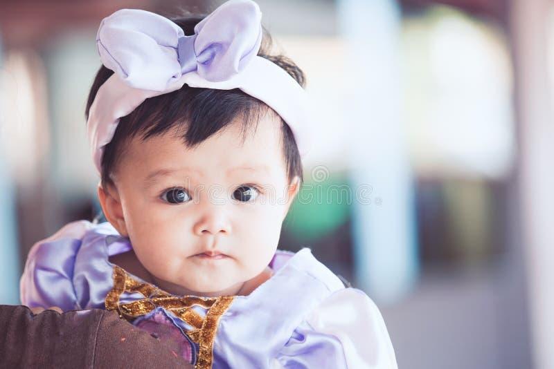 Ritratto della neonata asiatica sveglia che indossa bello arco fotografie stock libere da diritti