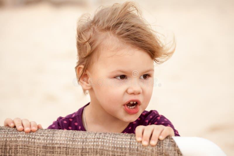 Ritratto della neonata bionda sveglia con vento in suoi capelli fotografia stock libera da diritti