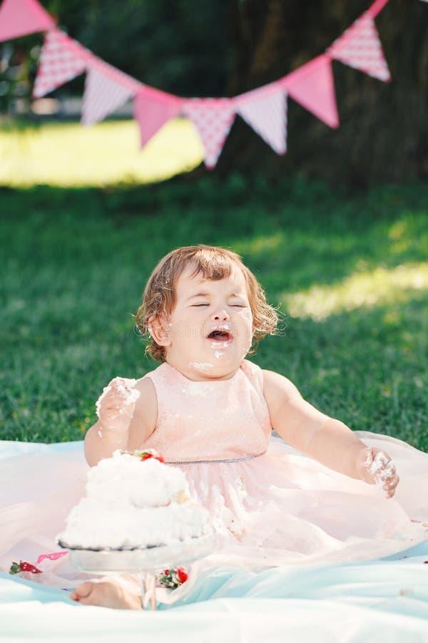 Ritratto della neonata caucasica gridante triste di ribaltamento divertente sveglio in vestito rosa dal tutu che celebra il suo p immagine stock