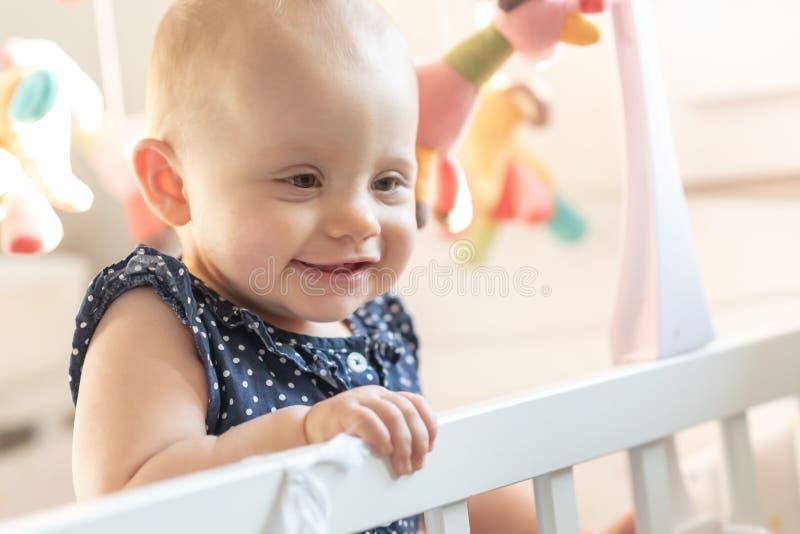 Ritratto della neonata sveglia fotografie stock libere da diritti