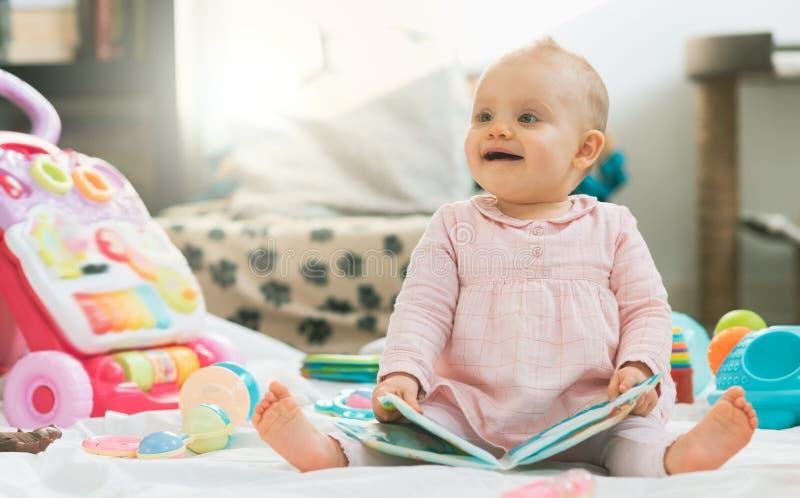 Ritratto della neonata sveglia, effetto della luce immagine stock libera da diritti