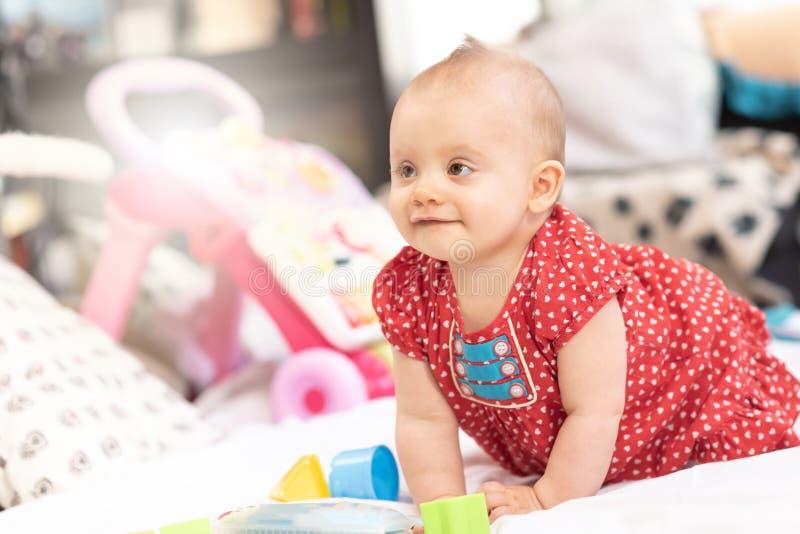 Ritratto della neonata sveglia felice, effetto della luce fotografie stock