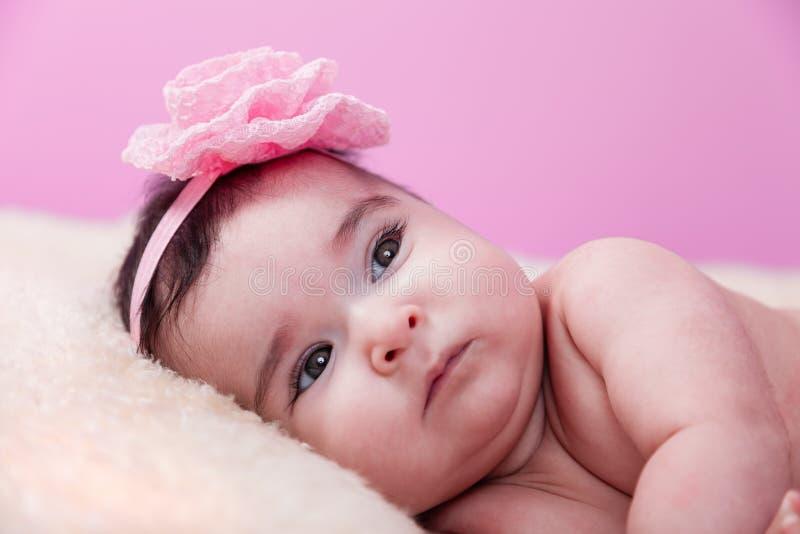 Ritratto della neonata sveglia, graziosa, felice, paffuta, nudo serio o nudo, su una coperta lanuginosa fotografia stock libera da diritti
